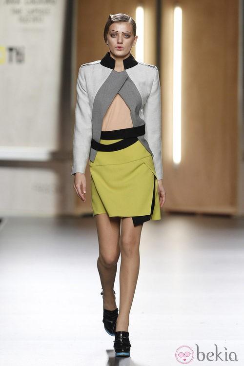 Falda amarillo limón y chaqueta en tonos grises de Ana Locking en Fashion Week Madrid