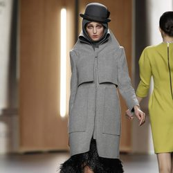 Abrigo oversize en gris jaspeado de Ana Locking en Fashion Week Madrid