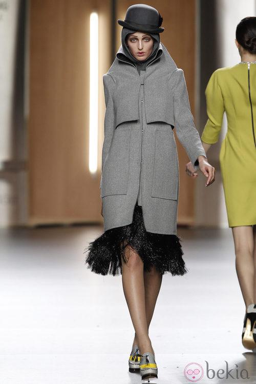 Abrigo oversize en gris jaspeado de Ana Locking en Fashion Week Madrid