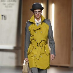 Trench de hombre amarillo y gris de Ana Locking en Fashion Week Madrid