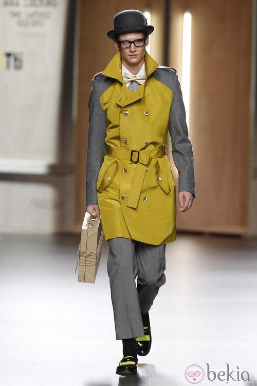 Trench de hombre amarillo y gris de Ana Locking en Fashion Week Madrid