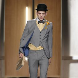 Traje de hombre gris con camisa amarillo pastel de Ana Locking en Fashion Week Madrid