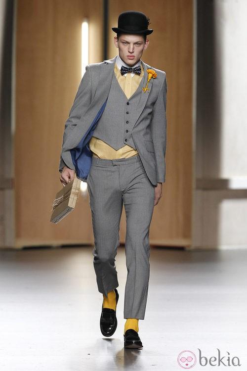 Traje de hombre gris con camisa amarillo pastel de Ana Locking en Fashion Week Madrid