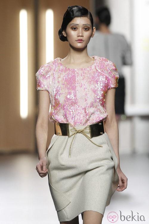 Top de lentejuelas en rosa pastel de Ana Locking en Fashion Week Madrid
