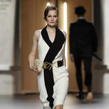 Vestido esmoquin en blanco y negro de Ana Locking en Fashion Week Madrid