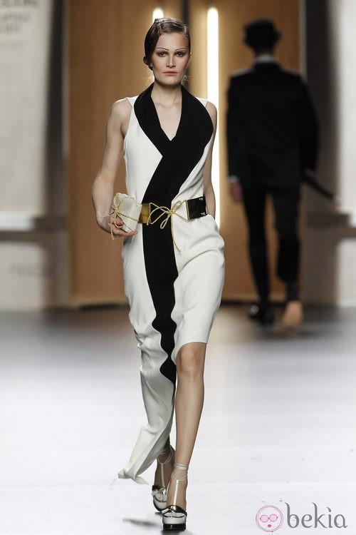 Vestido esmoquin en blanco y negro de Ana Locking en Fashion Week Madrid