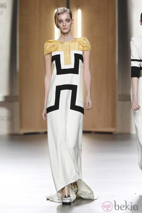 Vestido blanco con estampado geométrico en negro de Ana Locking en Fashion Week Madrid