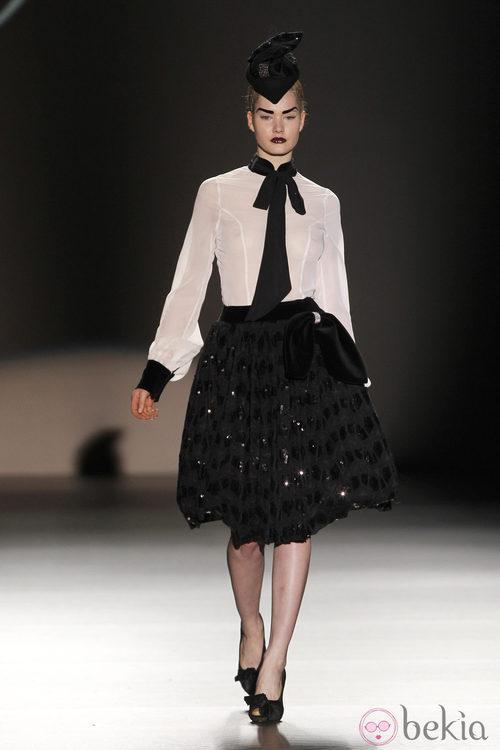 Camisa blanca con lazo negro de Maya Hansen en Madrid Fashion Week