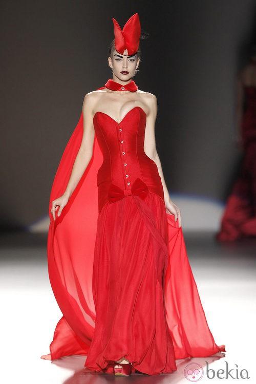 Corsé rojo con capa de tul de Maya Hansen en Madrid Fashion Week