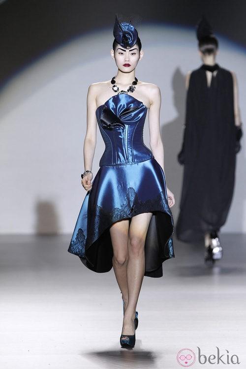 Corsé azul con falda asimétrica de Maya Hansen en Madrid Fashion Week