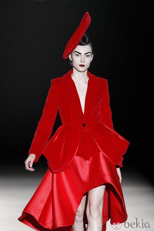 Traje de chaqueta rojo de Maya Hansen en Madrid Fashion Week