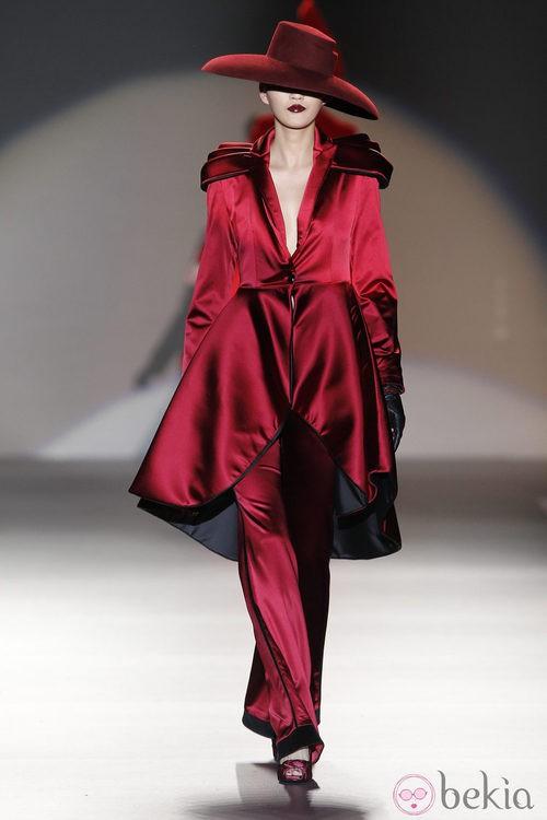 Traje de chaqueta de raso de Maya Hansen en Madrid Fashion Week