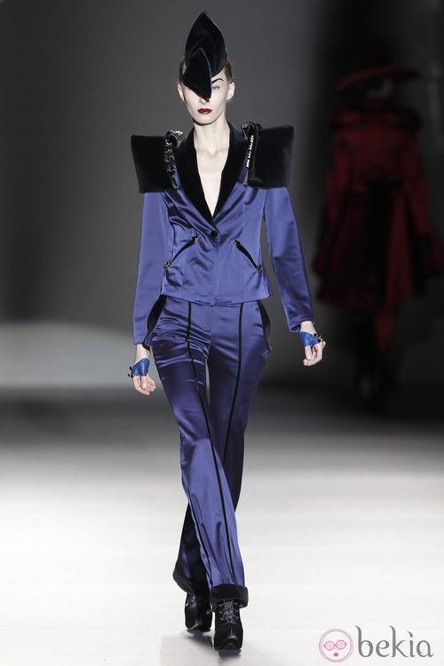 Traje de chaqueta de raso azul de Maya Hansen en Madrid Fashion Week