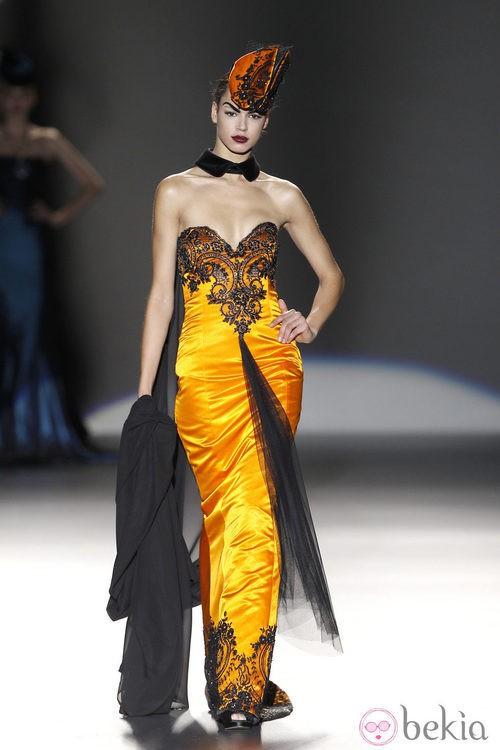 Traje naranja con encaje de Maya Hansen en Madrid Fashion Week