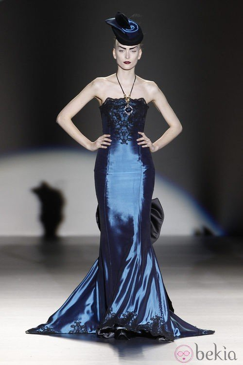Traje azul con encaje de Maya Hansen en Madrid Fashion Week