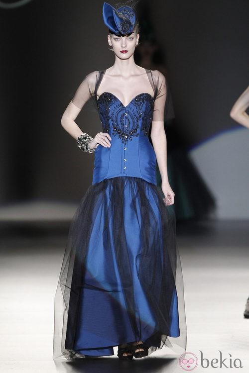 Corsé azul con encaje de Maya Hansen en Madrid Fashion Week
