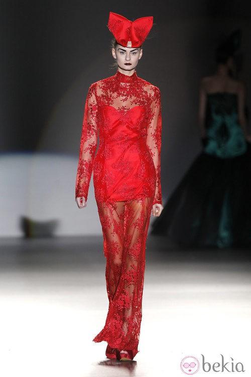 Vestido de encaje rojo de Maya Hansen en Madrid Fashion Week