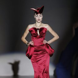 Vestido de raso rojo de Maya Hansen en Madrid Fashion Week