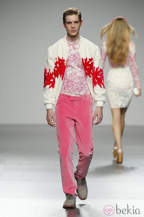 Pantalón de terciopelo rosa para hombre de River William en 'El Ego' de Fashion Week Madrid