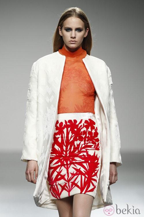 Top naranja transparente y falda con estampado rojo de River William en 'El Ego' de Fashion Week Madrid