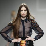 Top transparente y falda en negro con relieves multicolor de LE en 'El Ego' de Fashion Week Madrid