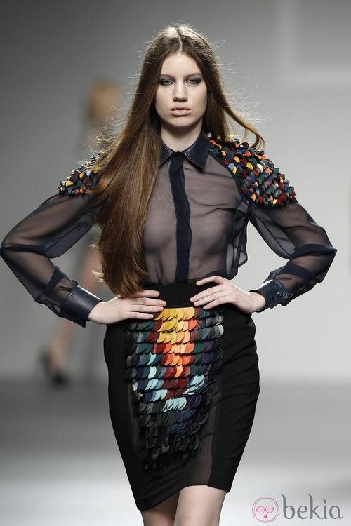 Top transparente y falda en negro con relieves multicolor de LE en 'El Ego' de Fashion Week Madrid