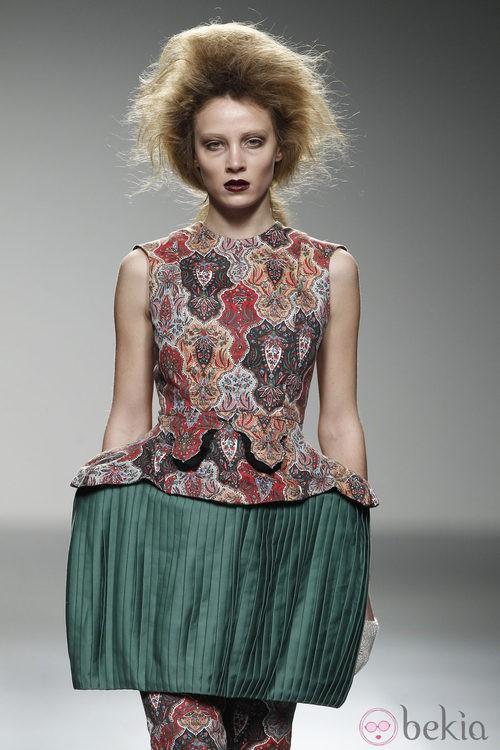 Top estampado y falda verde de Leandro Cano en 'El Ego' de Fashion Week Madrid