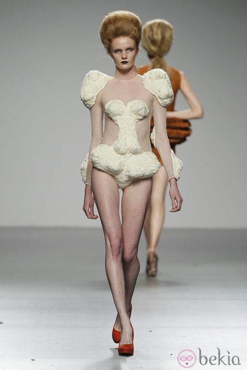 Diseño blanco roto con grandes volúmenes de Leandro Cano en 'El Ego' de Fashion Week Madrid