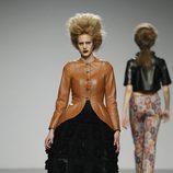 Chaqueta estructurada en piel marrón de Leandro Cano en 'El Ego' de Fashion Week Madrid