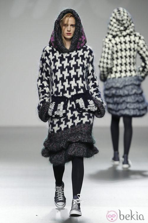 Diseño de punto con estampados pata de gallo de Mercedes Castro en 'El Ego' de Fashion Week Madrid