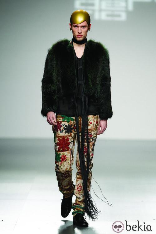 Chaqueta de pelo verde oscuro de David del Río en 'El Ego' de Fashion Week Madrid