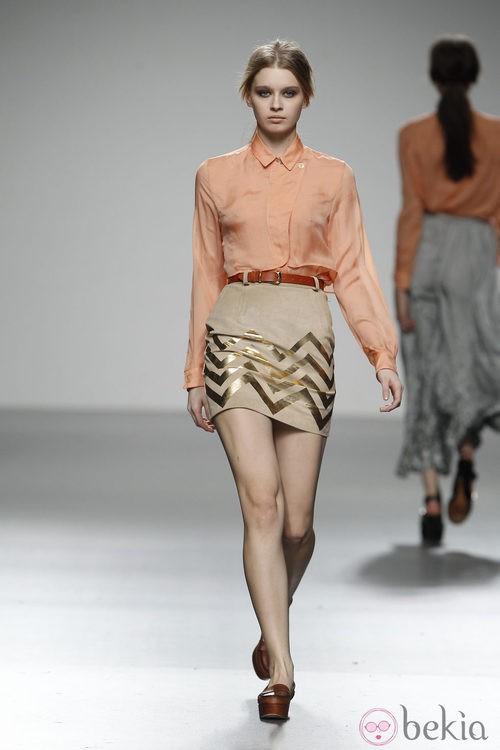 Blusa salmón y falda pixi de El colmillo de Morsa en 'El Ego' de Fashion Week Madrid