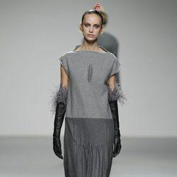 Vestido en dos tonos de grises de Shen Lin en 'El Ego' de Fashion Week Madrid