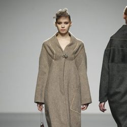 Abrigo camel de Shen Lin en 'El Ego' de Fashion Week Madrid
