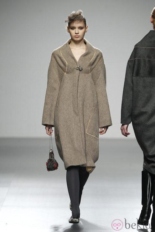Abrigo camel de Shen Lin en 'El Ego' de Fashion Week Madrid