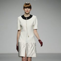 Diseño lady en blanco de Moises Nieto en 'El Ego' de Fashion Week Madrid