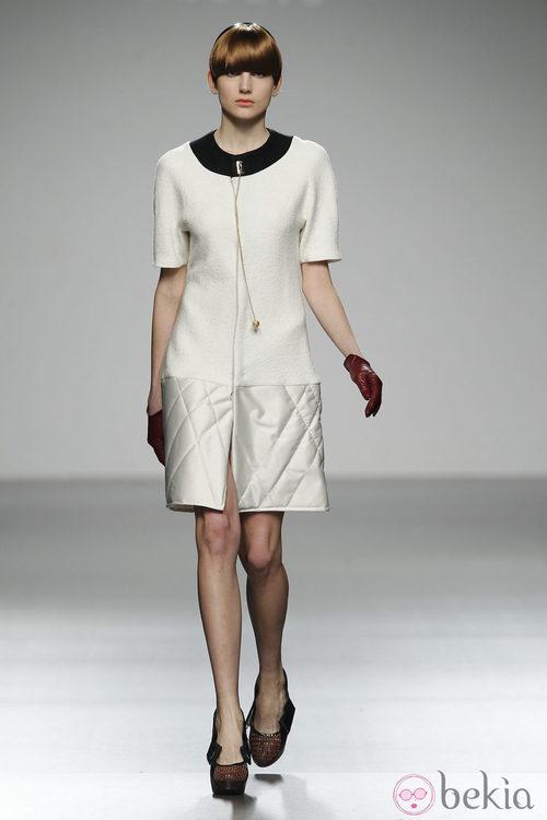 Diseño lady en blanco de Moises Nieto en 'El Ego' de Fashion Week Madrid