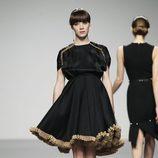 Vestido negro con plisados de Moises Nieto en 'El Ego' de Fashion Week Madrid