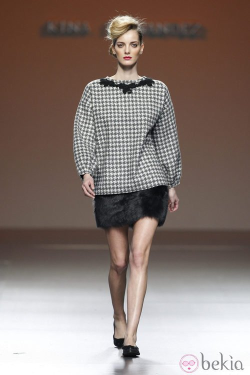 Top con pata de gallo y falda de pelo de Kina Fernández en la Fashion Week Madrid