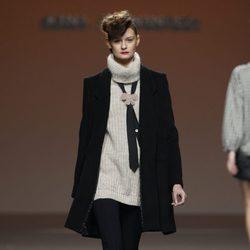 Abrigo de paño negro con jersey de punto de Kina Fernández en la Fashion Week Madrid