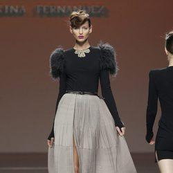 Falda vaporosa en gris perla de Kina Fernández en la Fashion Week Madrid