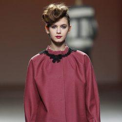 Abrigo de paño en color carmín con jersey de punto de Kina Fernández en la Fashion Week Madrid