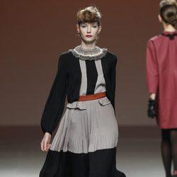 Vestido gris perla y negro de Kina Fernández en la Fashion Week Madrid
