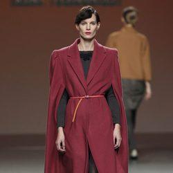 Abrigo largo de paño en color carmín con jersey de punto de Kina Fernández en la Fashion Week Madrid