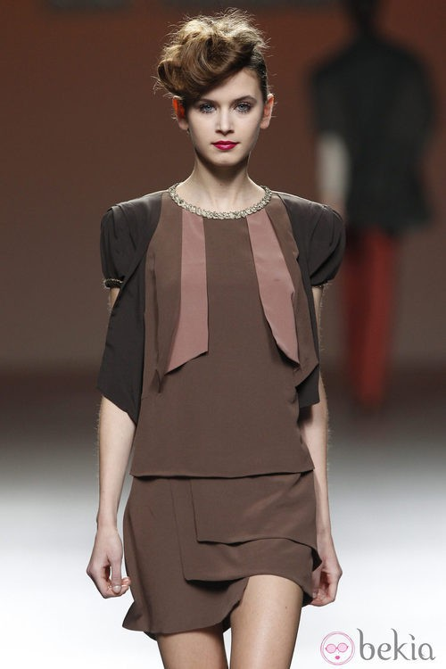 Diseño lady en marrón pastel de Kina Fernández en la Fashion Week Madrid