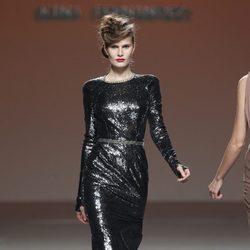 Vestido de noche negro glitter de Kina Fernández en la Fashion Week Madrid