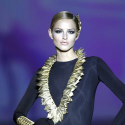 Complementos de hojas en dorado de Aristocracy en la Fashion Week Madrid