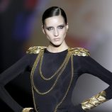 Hombreras y cadenas en dorado de Aristocracy en la Fashion Week Madrid