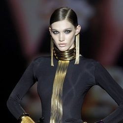 Complementos con flecos en dorado de Aristocracy en la Fashion Week Madrid