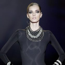 Complementos de cadenas anchas en brillantes de Aristocracy en la Fashion Week Madrid